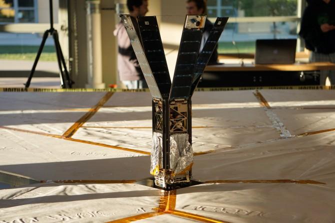 돛 전개 시험 중인 '라이트세일 2'. 초소형 인공위성 안에 접혀 있던 돛이 펼쳐지고 있다.  - 행성협회 제공